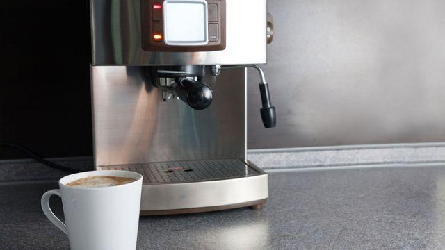 تنظيف الأجهزة الكهربائية الخاصة بتحضير القهوة في المنزل